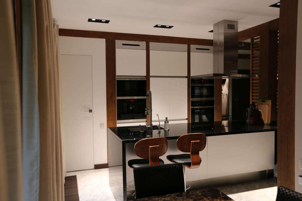 «Анна» (1) модерн, прямая, островная, белый и коричневый