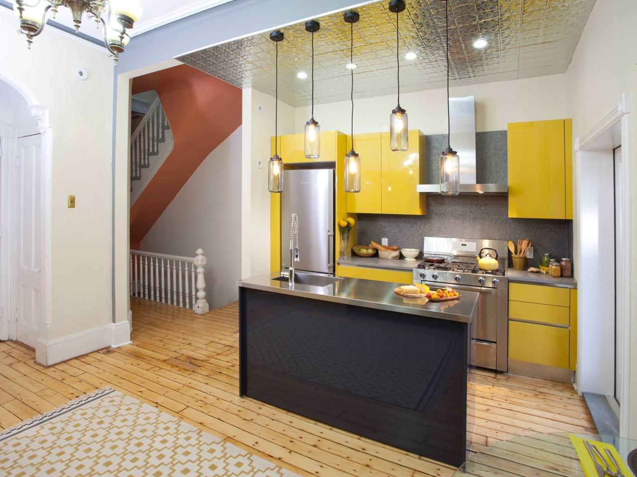 «Руфина» (1) лофт, прямая, островная, студия, желтый
